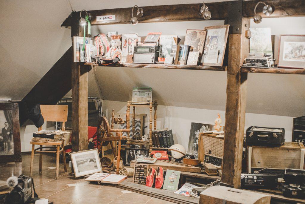 Muzeja eksponāti-antīki radio aparāti, grāmatas, gleznas u.c.