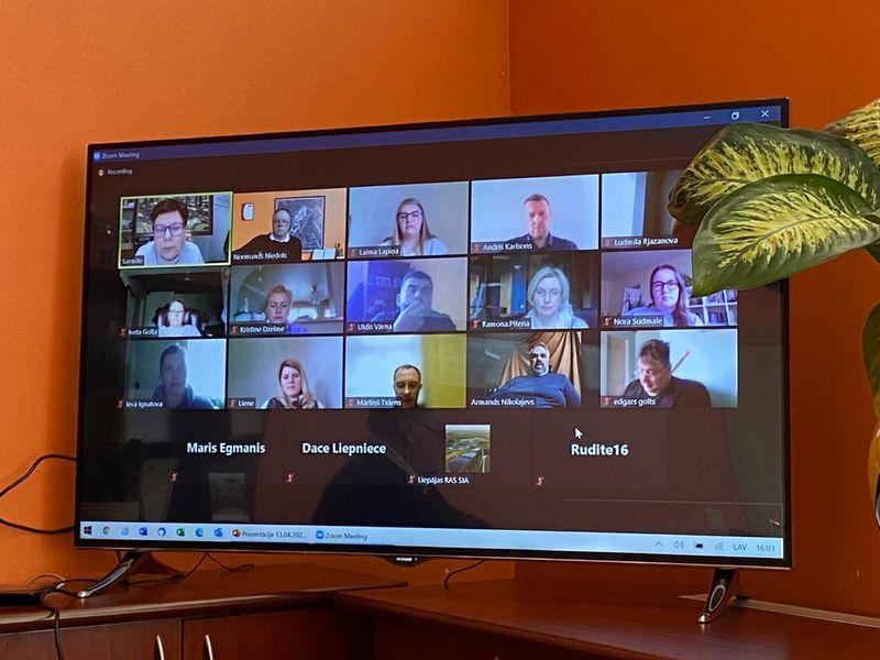 Televizorā redzami dalībnieki Zoom platformā