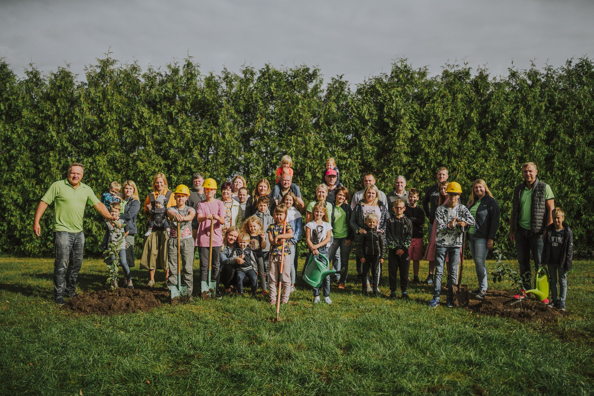 LRAS darbinieku ģimenes ar bērniem, stāda kokus